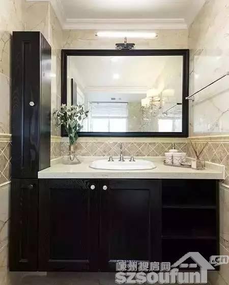 卫生间,美式黑色浴室柜,镜子也是非常大.